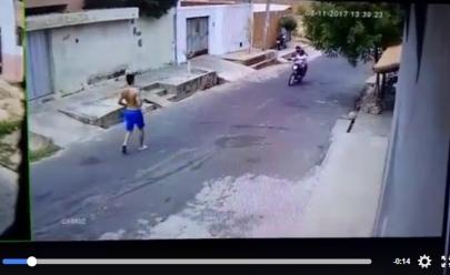 Homem sai correndo após enganar assaltante e viraliza nas redes sociais; assista