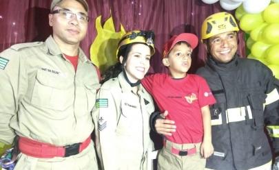 Após carta comovente da mãe, criança autista ganha surpresa dos Bombeiros em Goiânia