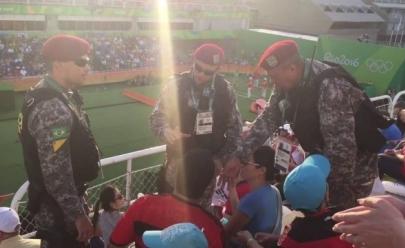Torcedor é retirado à força após protesto contra Temer na Rio-2016