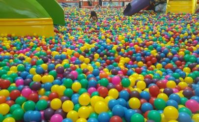 Piscina gigante de bolinhas é opção para crianças no Araguaia Shopping em Goiânia
