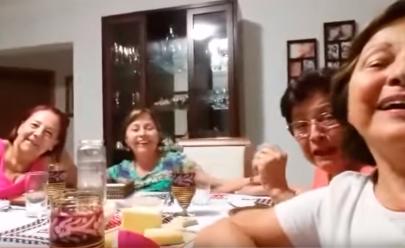 Grupo de senhoras tenta tirar uma selfie e grava vídeo divertido. Assista: