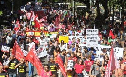 Passeata contra a reforma da previdência reúne milhares de pessoas em Goiânia