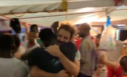 Cantando 'Bella Ciao' Italianos recepcionam 83 imigrantes que estavam há 19 dias no mar: assista
