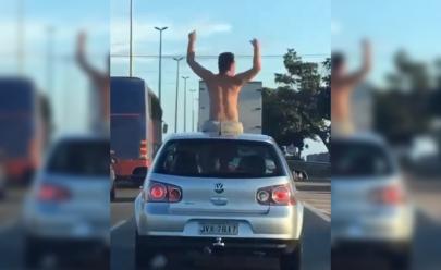 Homem é flagrado dançando no teto solar de carro em rodovia de Goiânia