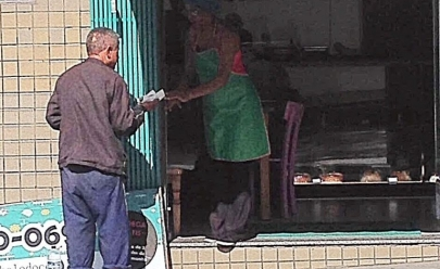 Dona de loja de bolos tem sempre uma fatia para moradores de rua em Belo Horizonte
