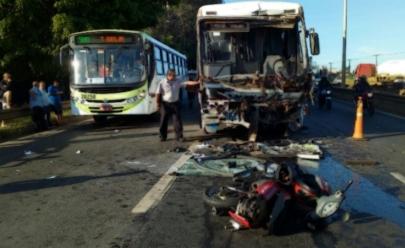 Acidente que envolve ônibus e motocicletas deixa feridos e paralisa BR-153, em Aparecida de Goiânia