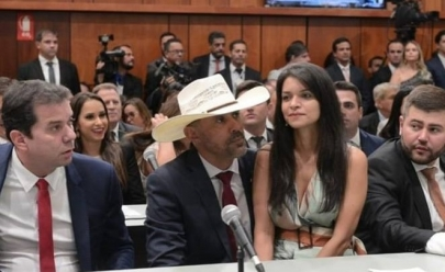 Deputado de Goiás toma posse de chapéu e com esposa no colo