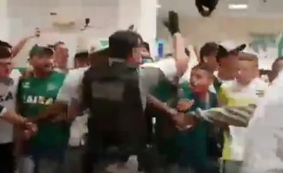 Vídeo: PM empolgado rouba a cena na recepção ao Goiás após acesso à Série A