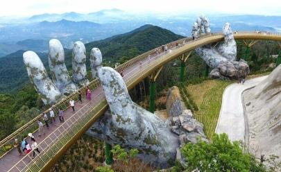 Ponte sustentada por mãos apaixona visitantes no Vietnã