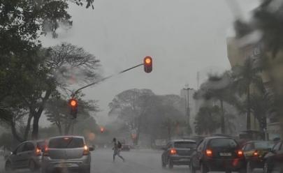 DF terá fim de semana com alerta de chuvas fortes e temporais