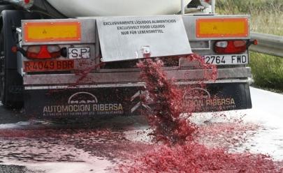 Vinicultores na França jogam vinho fora em protesto contra importação