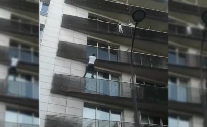 Imigrante ilegal escala prédio com as mãos para salvar criança de quatro anos