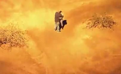 Casal é perseguido pela polícia, dá beijo apaixonado e acaba preso