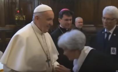 Papa Francisco recusa beija-mão de fiéis e vídeo viraliza