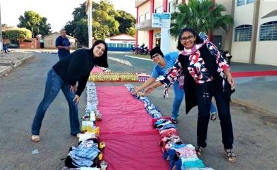Tapetes de Corpus Christi são substituídos por doações de roupas e alimentos em Minaçu, interior de Goiás