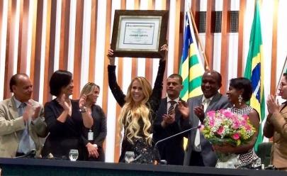 Joelma recebe título de cidadã goiana e quebra protocolo com pocket show na Assembleia; veja o vídeo