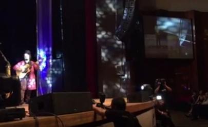 Homem interrompe show da banda O Teatro Mágico em Goiânia para pedir mulher em namoro; veja o vídeo