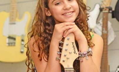 Ex-The Voice Kids Bia Torres faz tributo a Toquinho no Shopping Bougainville em Goiânia