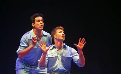 Mateus Solano e Miguel Thiré apresentam o espetáculo 'Selfie' em teatro de Goiânia