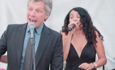 Jon Bon Jovi aparece irreconhecível e faz supresa em casamento ao cantar 'Livin' on a Prayer'; veja o vídeo