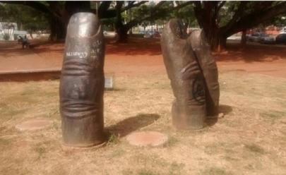 Dedos roubados de escultura da Praça Universitária são encontrados aos derredores