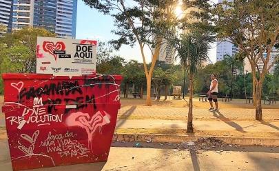 Caçambas de lixo espalham amor e recolhem doações em Goiânia