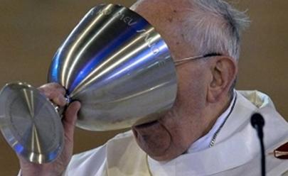 Papa Francisco defende vinho e diz que não se pode fazer festa com chá