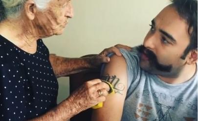 Em Goiás, avó tenta tirar tatuagem do neto com bucha e vídeo vira sensação na web: 'é a marca da besta'