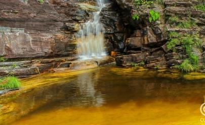 Descobrimos uma cachoeira encantadora com águas cristalinas cor de ouro