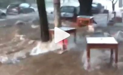 Enxurrada arrasta mesas e cadeiras do Bar Glória em Goiânia; veja o vídeo