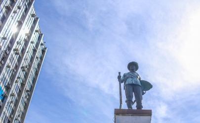 Conheça a verdadeira história por trás do monumento ao bandeirante no centro de Goiânia