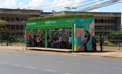 Cuiabá ganha pontos de ônibus de contêineres com energia solar e jardins suspensos