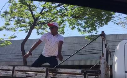 Caminhoneiro para em semáforo, dança funk na carroceria e diverte mulheres em Goiânia; assista