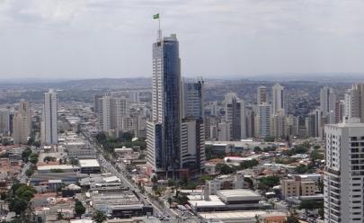 Edifício mais alto do país recebe bandeira nacional que pode ser vista a mais de 10km de distância