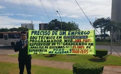 Programador de Brasília consegue emprego após escrever faixa com suas qualificações