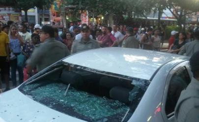 Vídeo: carro tenta furar bloqueio e é depredado por manifestantes no centro de Goiânia