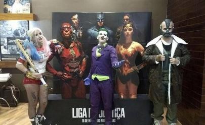 Fãs assistem 'Liga da Justiça' fantasiados em cinema de Goiânia