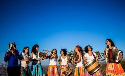 Grupo de cultura popular faz show gratuito com várias atividades culturais