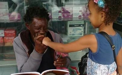 Garotinha faz questão de levar pedaço do bolo de aniversário para amigo morador de rua e vídeo viraliza