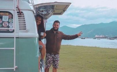 Casal goiano viaja pelo Brasil na Kombi 'Maria Joana' e trabalham na estrada
