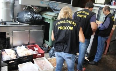 Procon Goiânia apreende mais de 200 quilos de comida vencida no Toshca Arabian em Goiânia