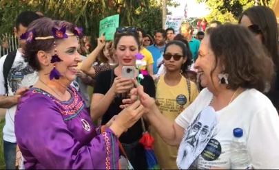 Professora de teatro distribui 200 flores durante manifestação desta quinta-feira em Goiânia
