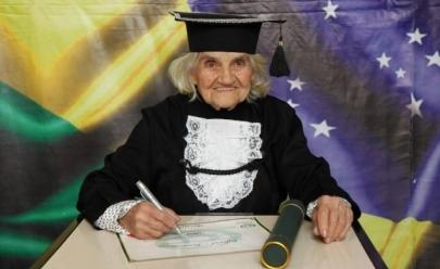 Aos 87 anos mulher conquista diploma de nutrição
