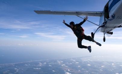 Fãs de adrenalina podem saltar de paraquedas em Tupaciguara, próximo à Uberlândia