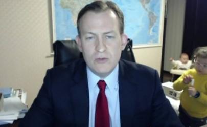 Vídeo: Filhos fofos interrompem entrevista ao vivo de professor para a BBC do Reino Unido