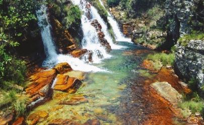 Cachoeira surreal com água transparente rouba a cena na Chapada dos Veadeiros