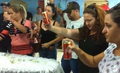 Velório no interior de Goiás termina com brinde coletivo de cerveja ao som de 'Amigos Para Sempre'