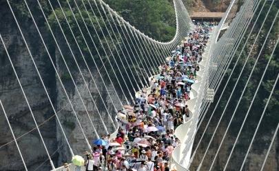 Maior ponte de vidro do mundo na China fecha após inauguração