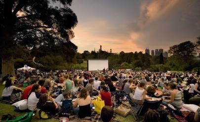 Com entrada gratuita, Brasília recebe festival de cinema a céu aberto com shows, DJs e food trucks