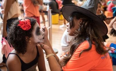 Bailinho gratuito de Halloween anima as crianças em shopping de Brasília